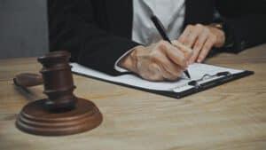 עורך דין רושם על מסמך